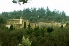 El Monasterio de Sargiano rodeado del bosque